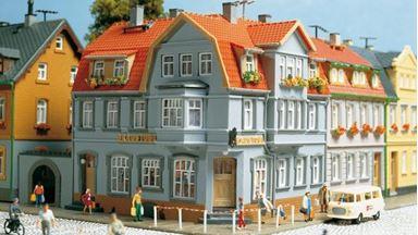 AUHAGEN 12249 — Угловой дом с пивным баром «Eck-Kneipe», 1:87—1:120