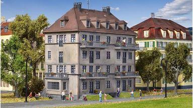 KIBRI 38357 — Многоквартирный дом с балконами, 1:87