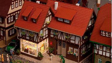 VOLLMER 43600 — Дом с ювелирным магазином (подсветка в комплекте), 1:87
