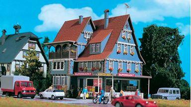 VOLLMER 43660 — Жилой дом с магазином «Супермаркет», освещение в комплекте, 1:87