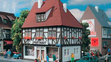 VOLLMER 43651 — Жилой дом со спортивным магазином «SPORTHAUS», 1:87