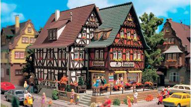 VOLLMER 43694 — Жилой дом с магазином «Boutique» (освещение в комплекте), 1:87