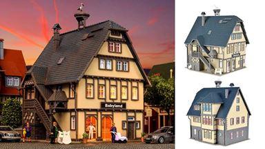 VOLLMER 43661 — Жилой дом с магазином «Babyland» (освещение в комплекте), 1:87
