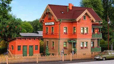 VOLLMER 43529 — Дом обходчика «Bahnwärterhaus» с курятником и садовым забором, 1:87