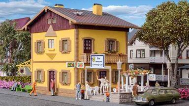 VOLLMER 49233 — Гостиница с уличным баром-рестораном, 1:87