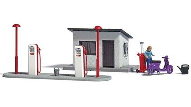 BUSCH 7832 — Автозаправочная станция со скутером, 1:87