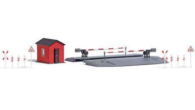 BUSCH 1396 — Железнодорожный переезд со шлагбаумами, будкой, столбами и указателями, 1:87