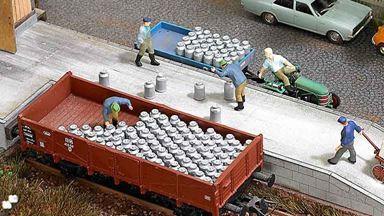 BUSCH 1145 — Молочная тара (20 бидонов и 8 ящиков с бутылками), 1:87